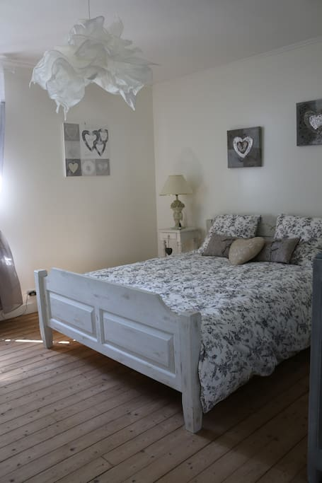 Une chambre cosy avec lit de 160. Linge de lit fourni.