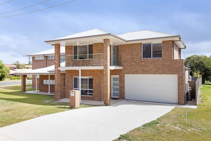 5B Bent Street - large duplex with ducted air con, WIFI & Foxtel