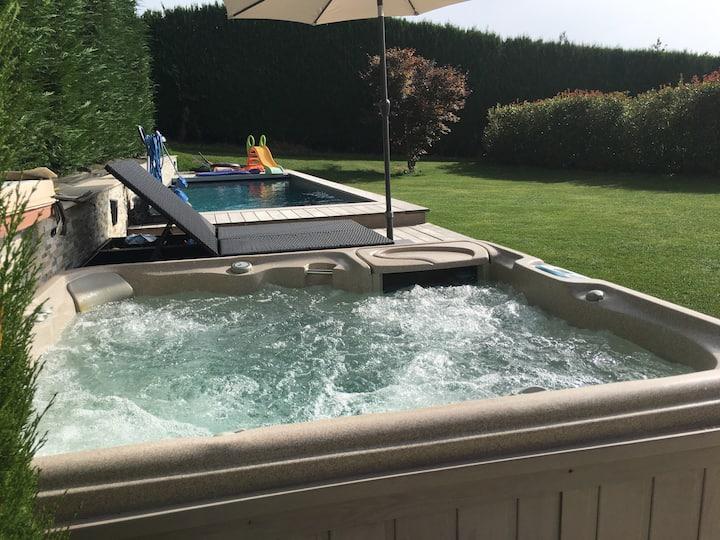 Villa proche Annecy: jardin piscine SPA babyfoot