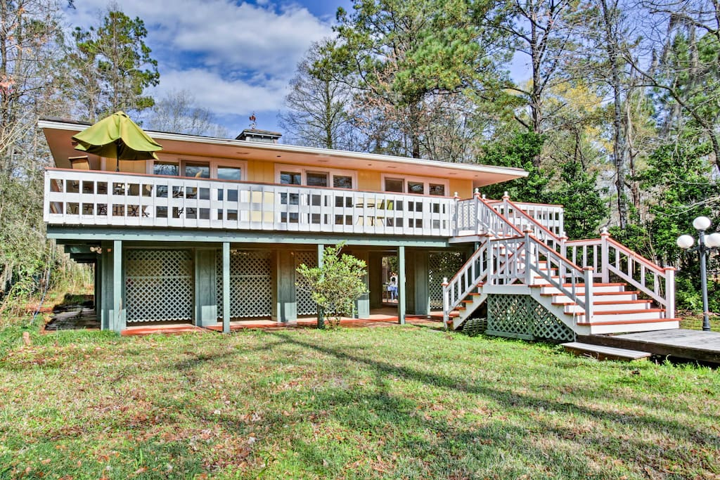This home sleeps 8 and sits along the Bogue Falaya River in Covington.