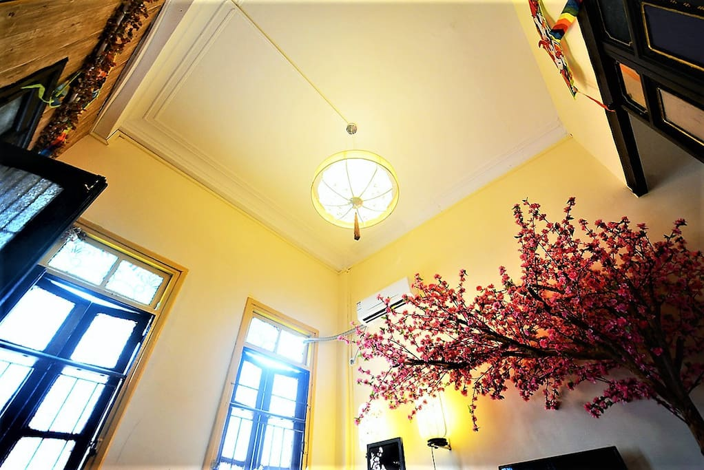 客厅(3米楼高、阳光照射、空间饱满)