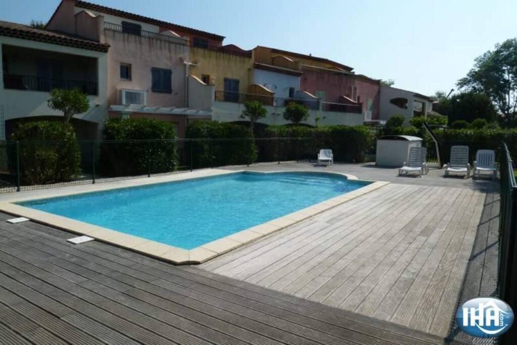 la piscine commune aux 10 logements