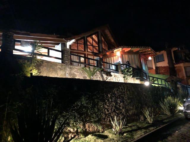 Cabaña de costado, de noche, excelente iluminación!