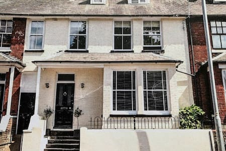 Beautiful Spacious Riverside House near Cathedral