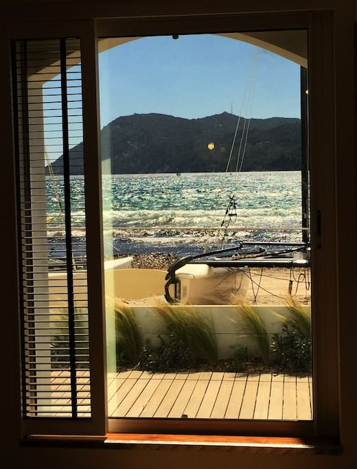 Porte-fenêtre du séjour donnant sur la plage