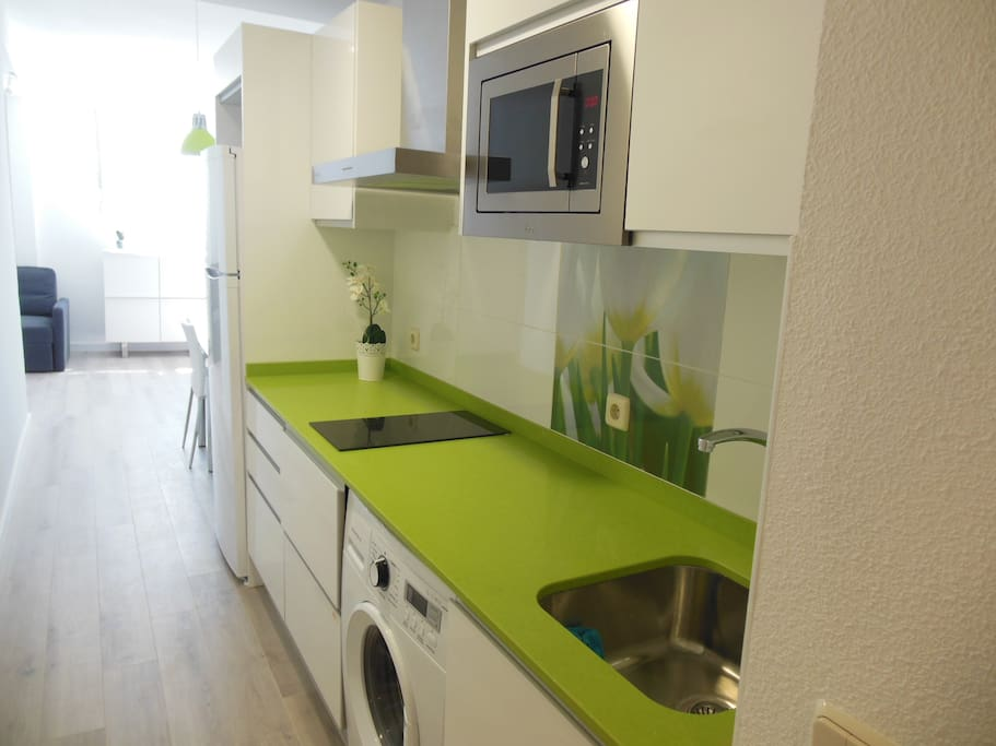 Lujosa y moderna cocina a estrenar. Nice and clean kitchen, new. Microwave, wash machine, stove, all the ustensilies.