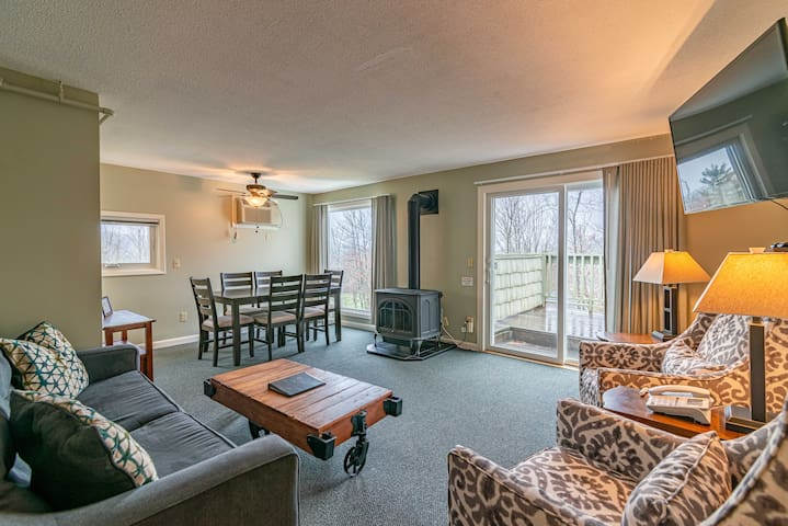 Renovated condo with amenities off Mtn Rd