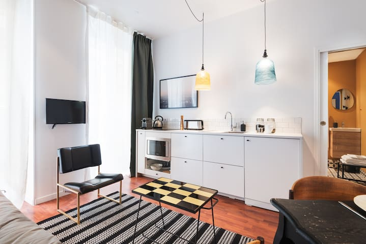 Apartment just outside the street Montorgueil J