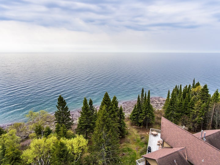 Pointavu is a well-designed home outside of Lutsen with a large deck overlooking Lake Superior