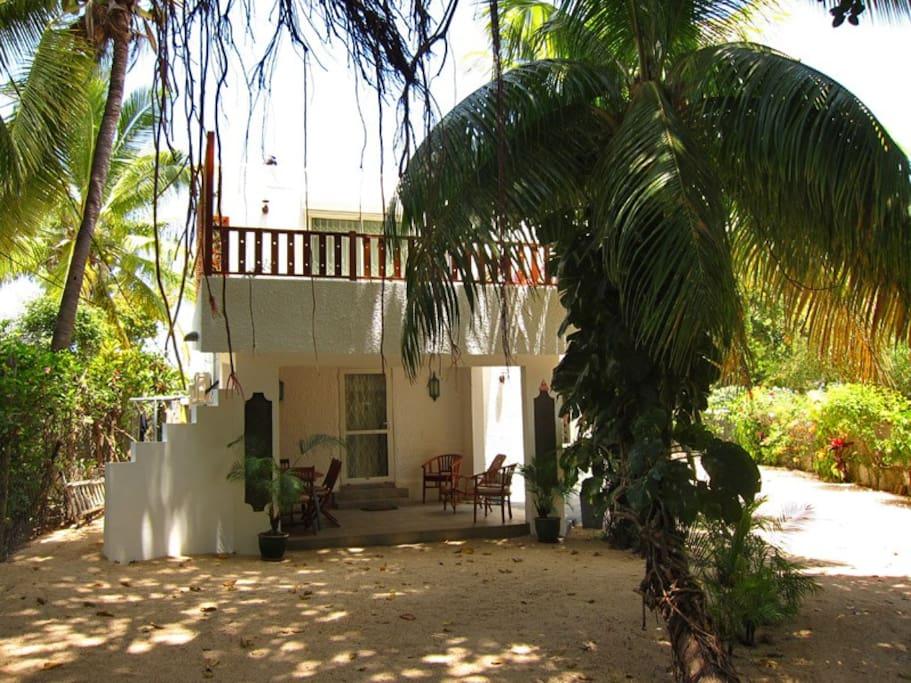 La villa est en 2ème position sur terrain en bord de mer à l'arrière de la maison principale