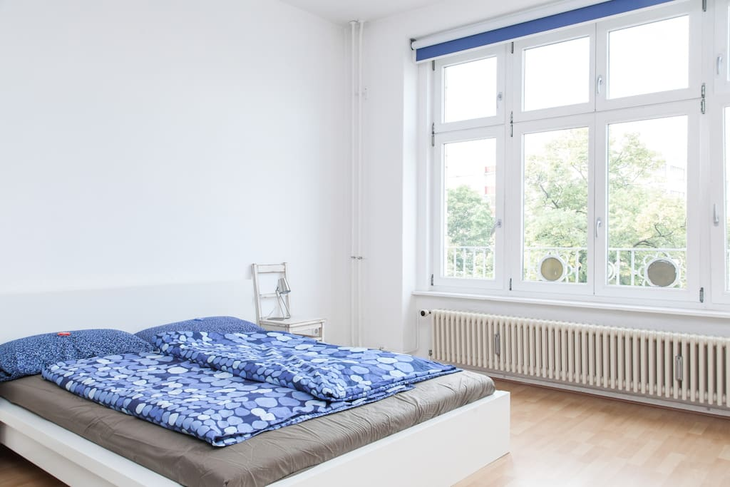 The bedroom with view to the towers of Frankfurter Tor.