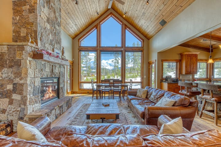 Gorgeous Rocky Mountain home w/ a full kitchen, shared tennis, & amazing views