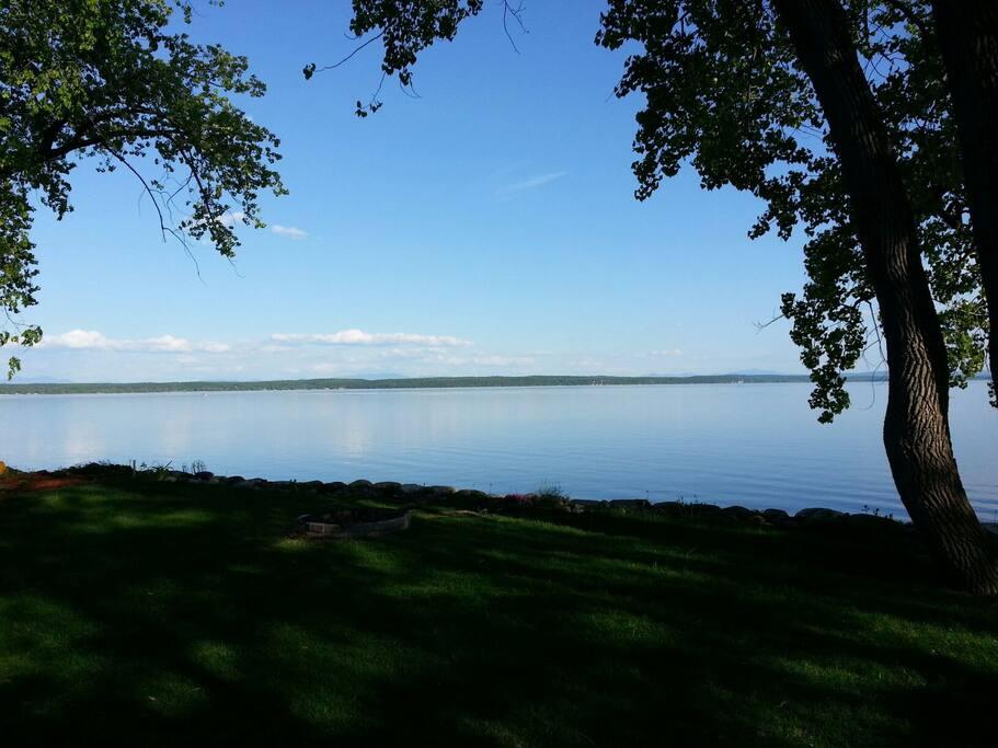 Vue panoramique du lac champlain.