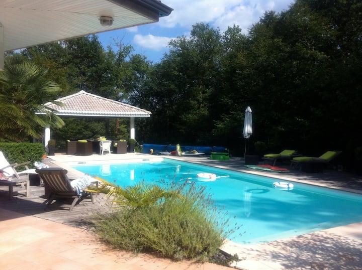 Villa proche Bordeaux avec grande piscine.