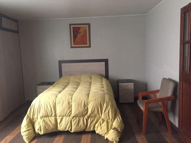 Espacioso dormitorio 1 con confortable cama matrimonial y closet