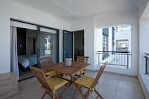 Patio with table, 4 chairs and Weber braai