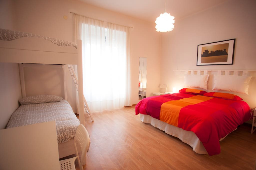 Camera n. 2 : letto matrimoniale (o due letti singoli) + letto  a castello e scrivania