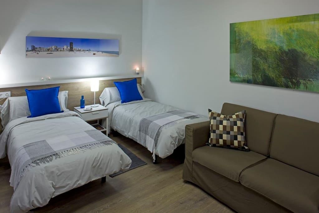 La mesa de noche puede separar las dos camas individuales.