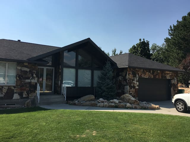 Close to Canyon with Pool Table & full kitchen
