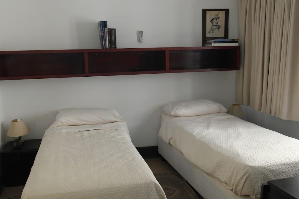 Cuarto principal, dormitorio. Dos camas, dos mesas de luz. Ventana, aire acondicionado y TV.