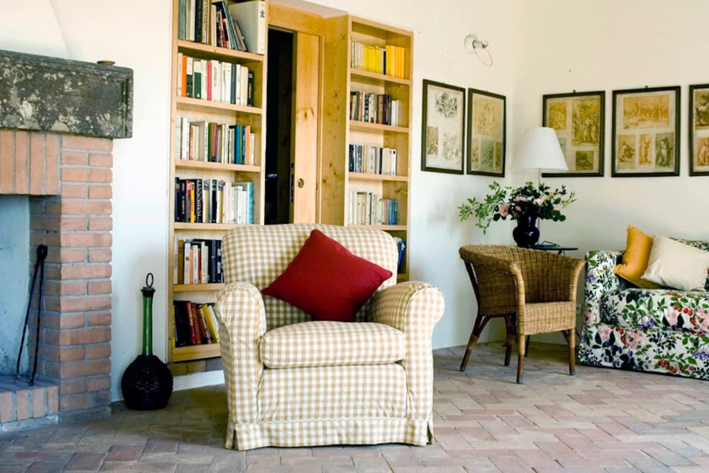 Apartment in charming Umbrian Farmhouse - living room with library and fireplace