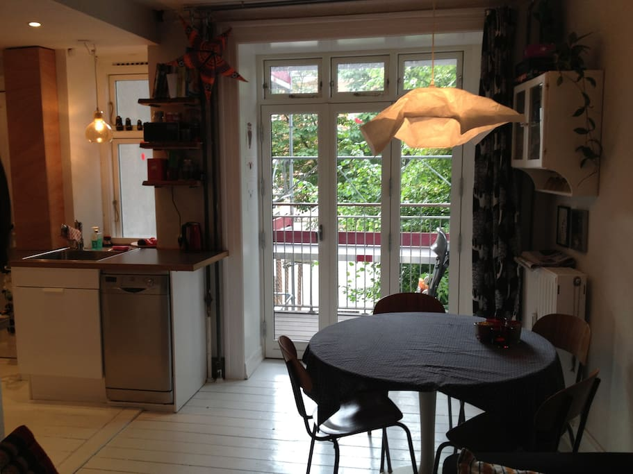 Kitchen - dinnertable - balcony