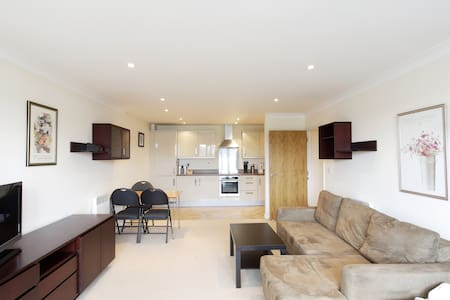 Abodebed - 2 Bed/2 Bath Penthouse - Town Centre