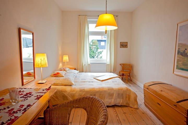 Gemütliches Zimmer mit Bad Nähe Holstentor - Любек - Дом