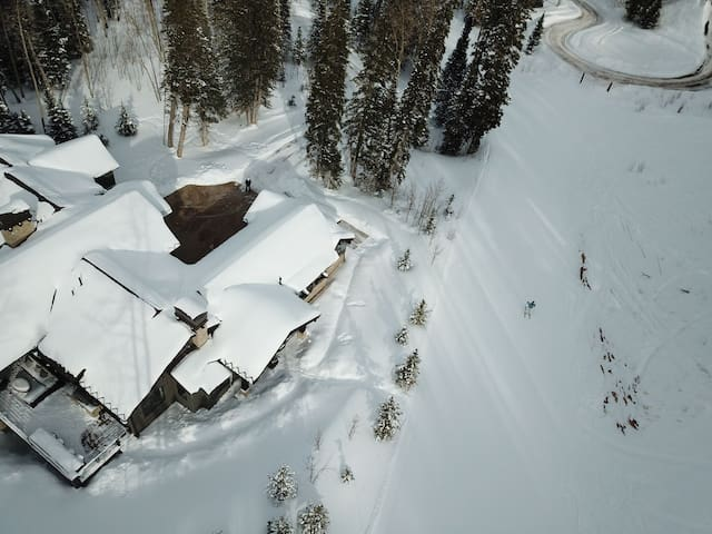 7,286 Sq Ft Ski-in/Ski-Out Luxury Home in the Exclusive Colony - 5 Bedrooms (4 are Masters!), 7 Bathrooms - Sleeps 12
