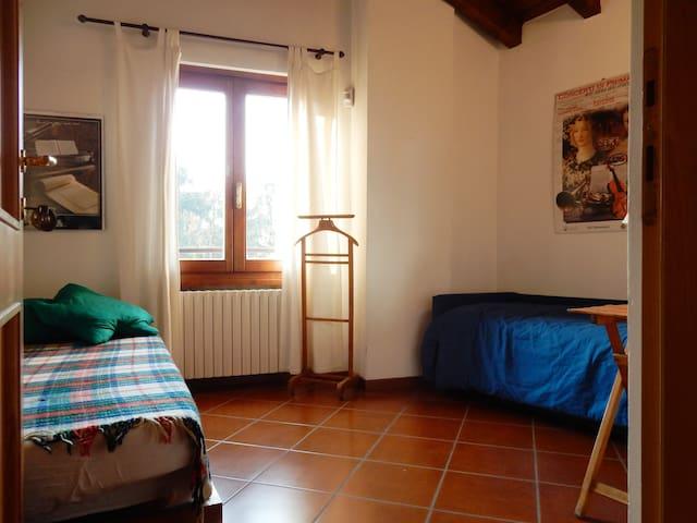 seconda camera da letto con 2 /3 letti disponibili.