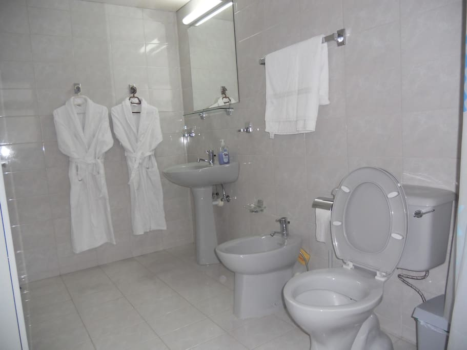 Masters' En-suite Bathroom