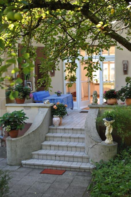 Große Terrasse idyllisch und ruhig mit Blick auf einen wunderschönen Garten