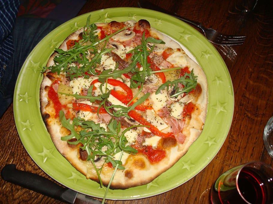 Pizza au four à bois dans notre carnotzet