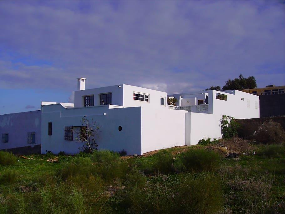 La maison a deux parties distinctes, reliées par la terrasse jaune/The house is made from two blocks linked by the yellow terrace