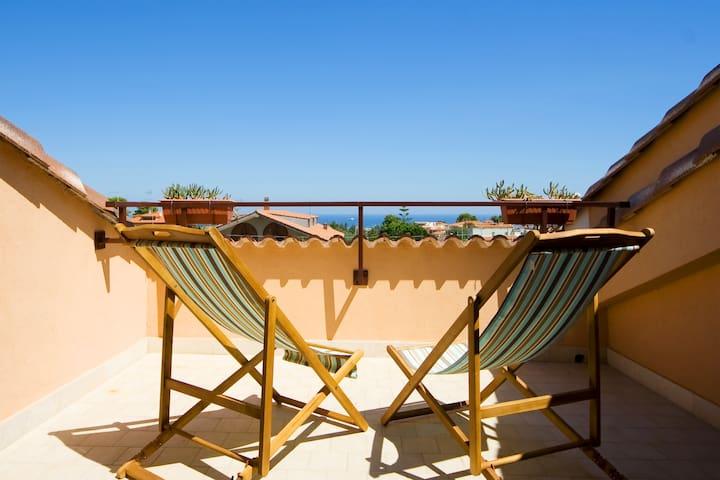 Etnic room with balcony & sea view - Città Giardino - Dom