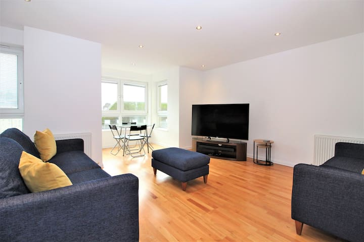 ★ Fantastic 2 Bed Apt w/ Secure Private Parking ★