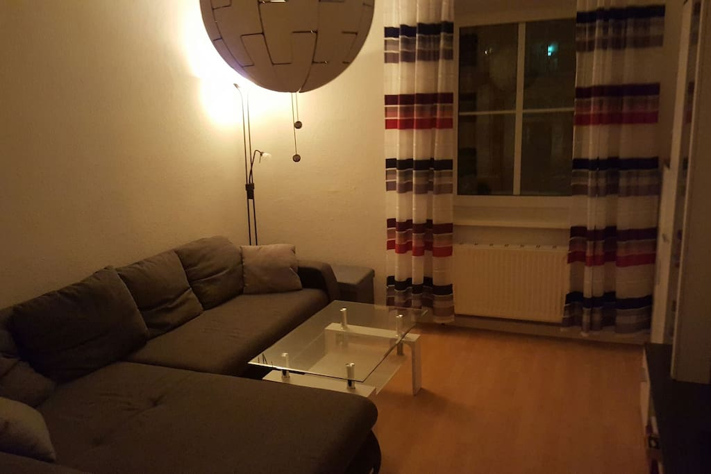 Wohnzimmer mit eingezogene couch