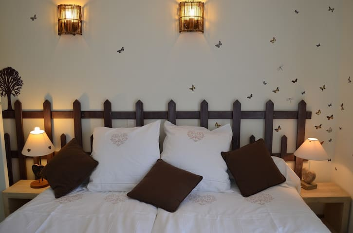 "Chambre ""Chocolatine"" B&B Chartres - Le Coudray - Bed & Breakfast"