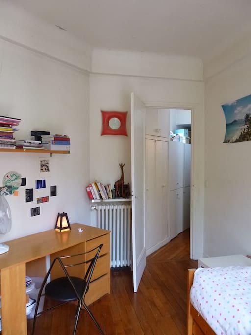 cette photo est prise dos au balcon ; ka porte ouvre sur le couloir ; la salle de bains est juste à côté