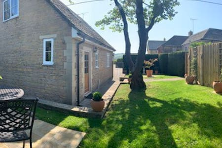 Stylish Private Cotswold Lodge with Garden & View