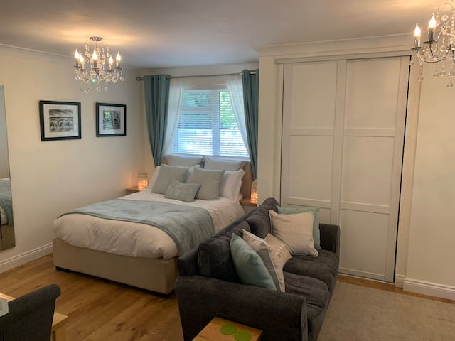Beautiful self contained studio flat in Surrey.