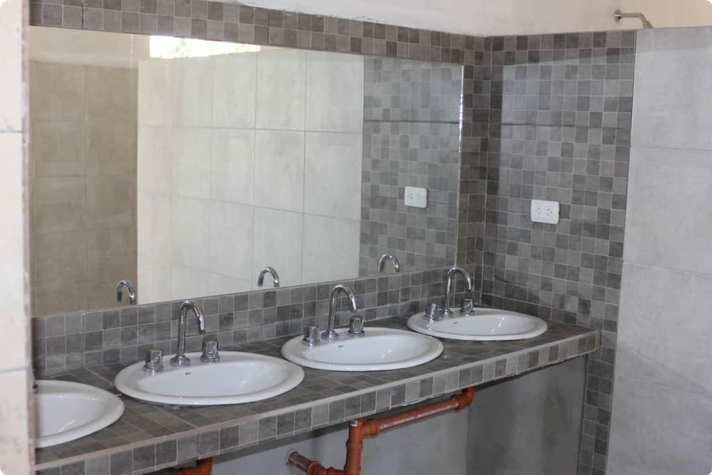 Gran bateria de baños con duchas con agua caliente las 24hs