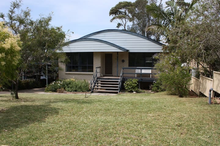 Holiday Haven in Manyana has airconditioning and pet allowed also as yard fenced.