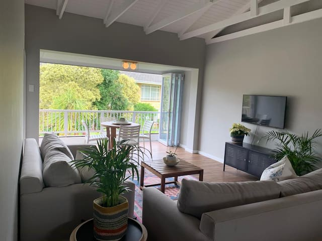 Just renovated, 2 minute walk from beaches & shops