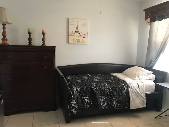 Spacious room in Hialeah/ Miami- Lakes