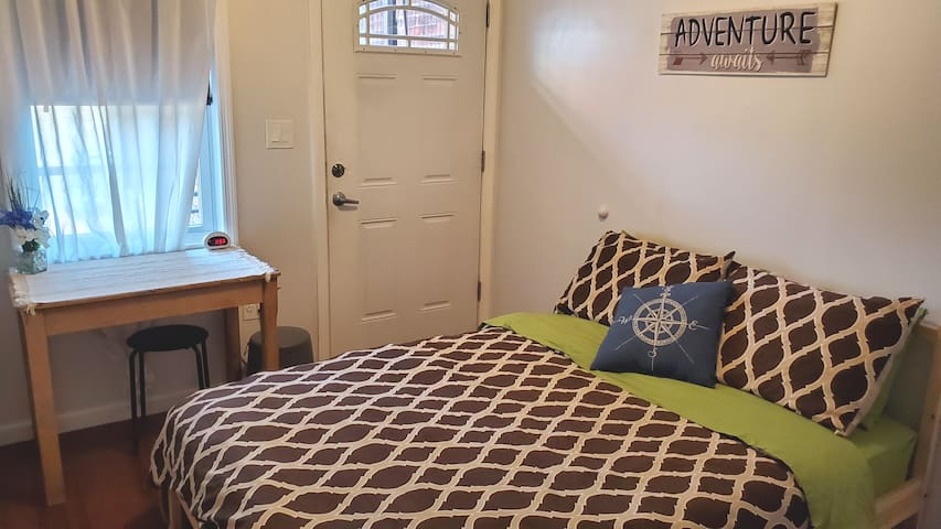 ✈ NYC/Travelers. New Private Access Room Bed Full