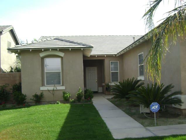 Stage Coach 1 mile away - Coachella - House