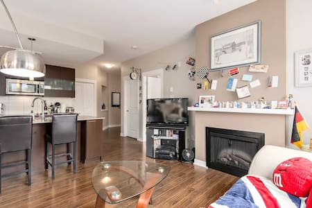❤️ Spacious Skytrain suite with kitchen & Netlfix