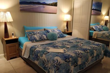 Walk UQ or PA: Rm2, king bed/private bathroom/air