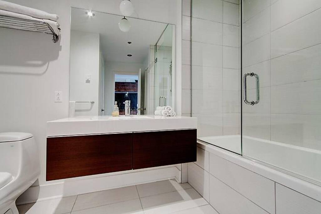 State of the art bathroom, white titles, Italian lacquer, deep bath and supplies